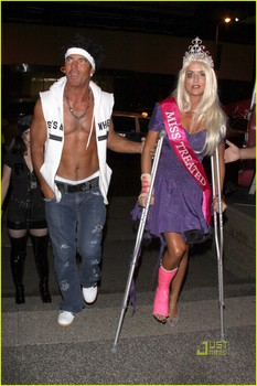 dennis-quaid-shirtless-jersey-shore-guido-for-halloween-08.jpg